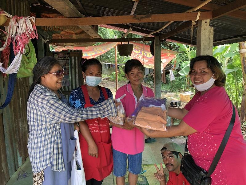moeder Tiang en moeder Ceew delen voedselpakketten en het evangelie